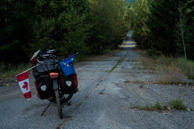 old road stretch, ideal for a post-apocalytic touring photo (didn't bike it)